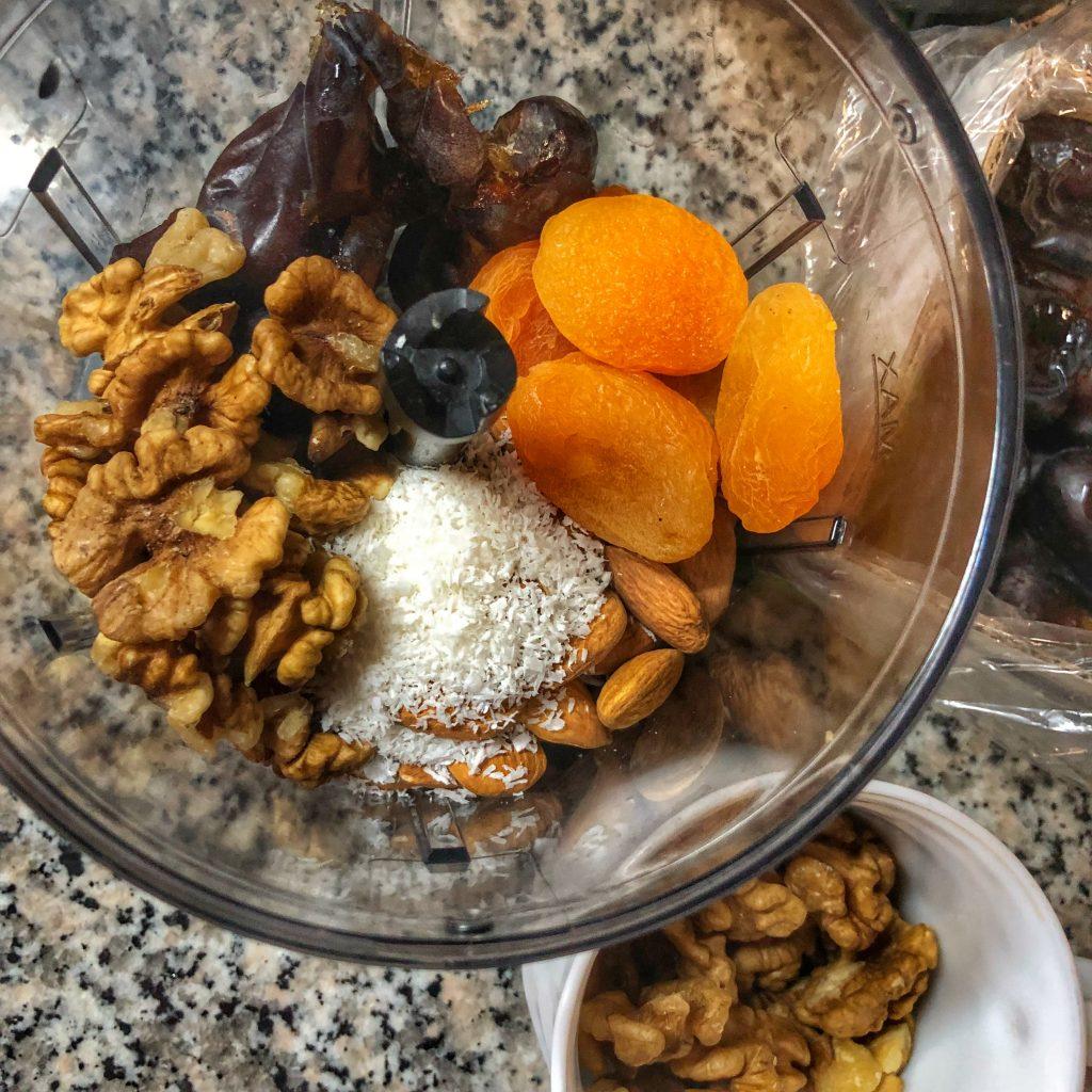 фурми-орехи-кокос-бадеми-сушени-кайсии