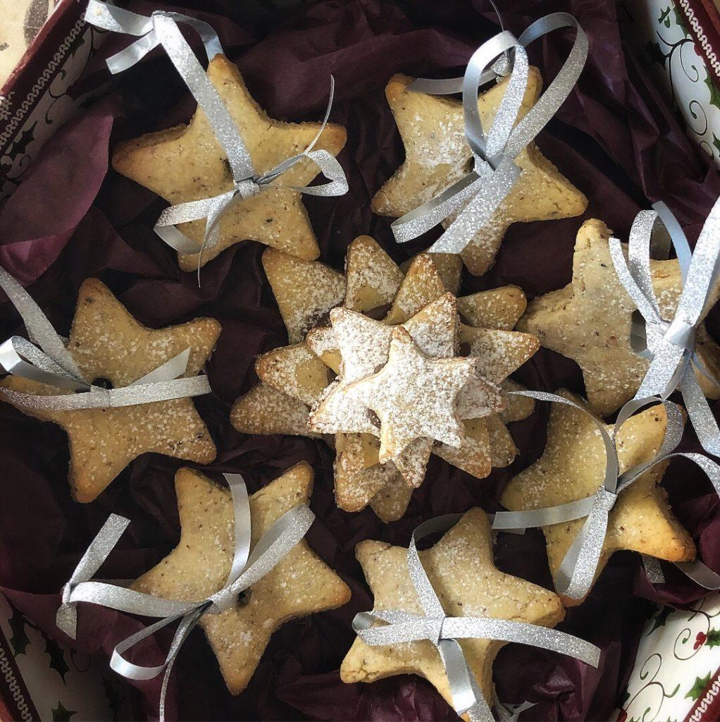 коледни-джинджифилки-звезди-оригинален-подарък-кутия-сребриста-панделка-оригинален-подарък