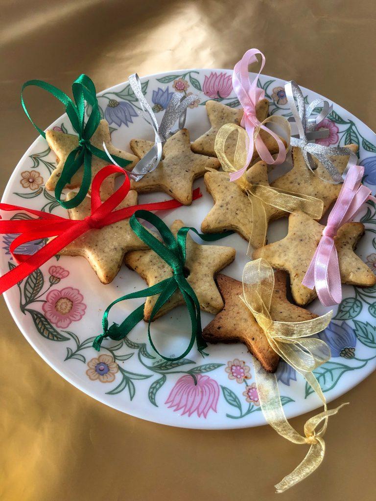 веган-джинджифилови-бисквитки-с-цветни-панделни