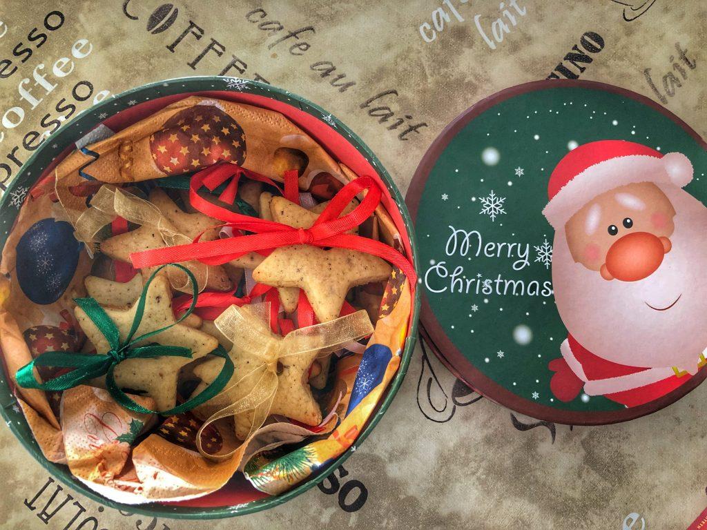 коледна-кутия-с-джинджифилови-бисквитки-коледен-подарък