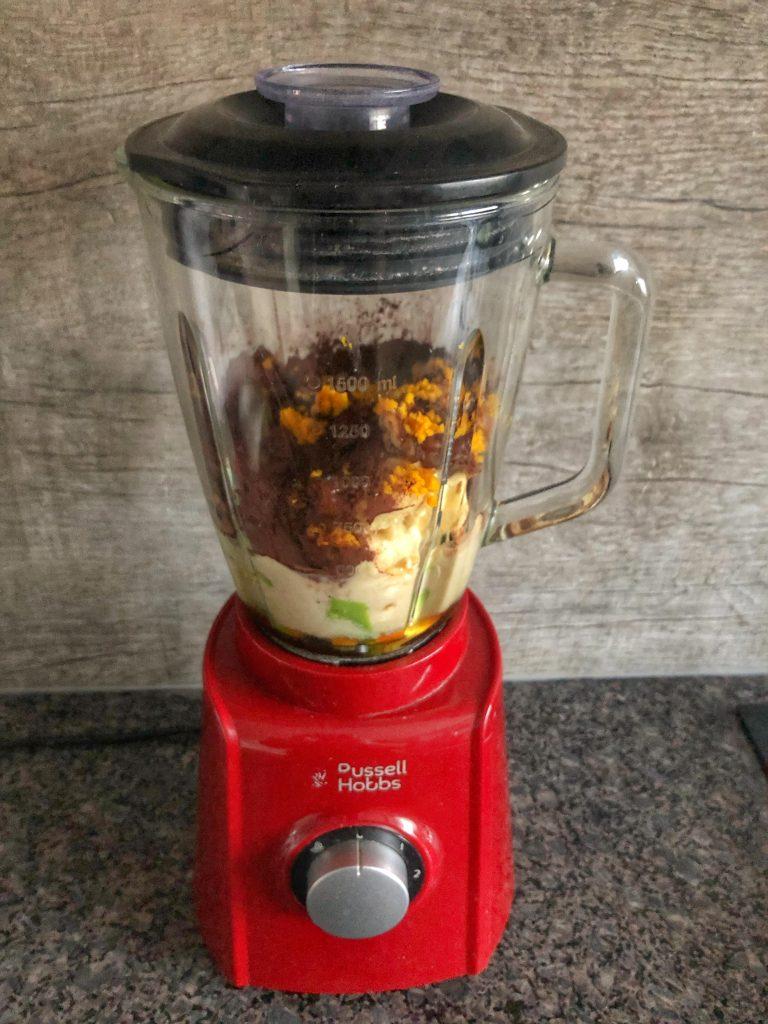 snimka-na-blender-s-produkti-v-blender-avokado-banani-furmi-mlqko-shamfastyk-pistachio