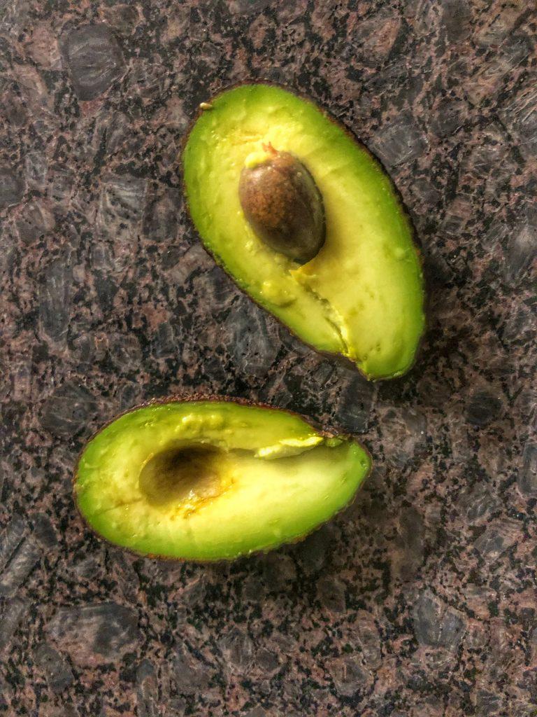 mini-bebe-avokado-razryazano-na-polovina