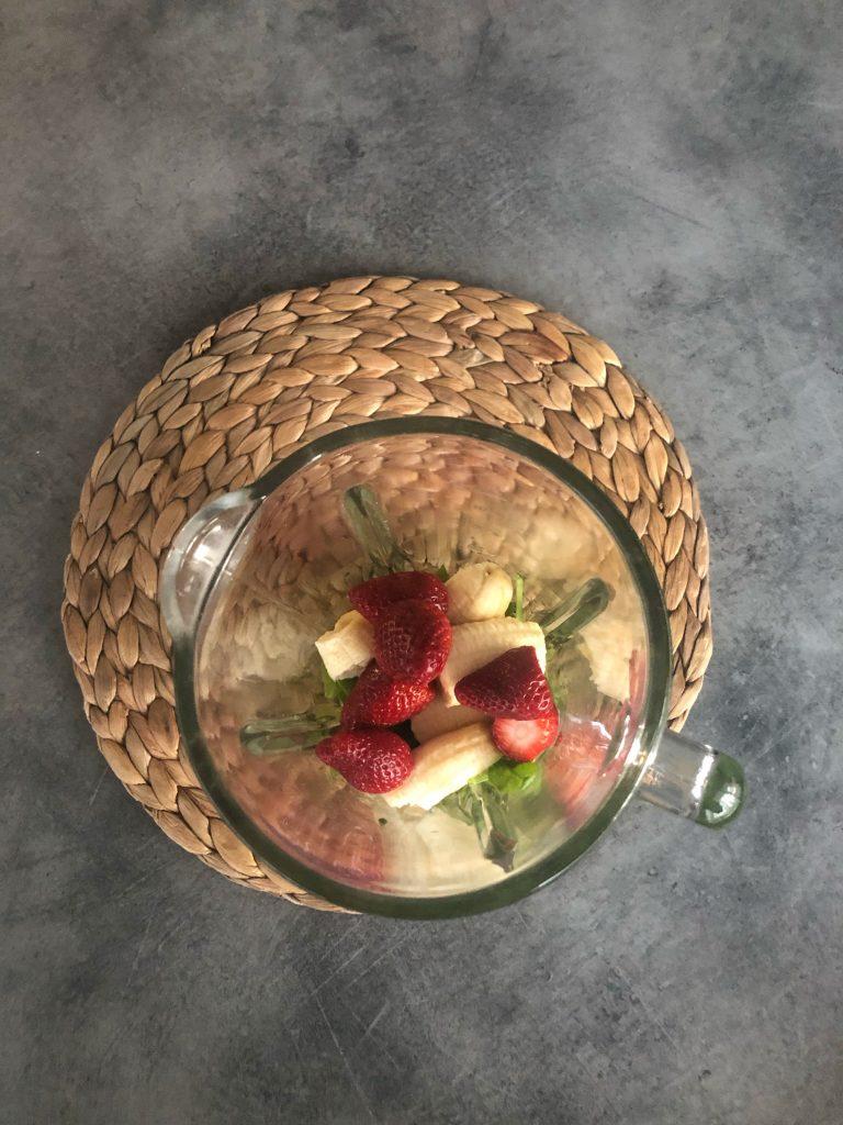 продукти-за-смути-ягоди-банан-спанак-мента-блендер