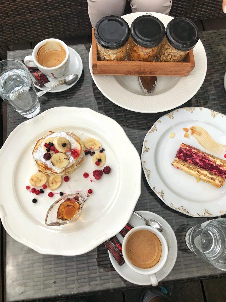 закуска-хотел-Москва-американски-палачинки-кафе-здравословно-трио-московски-шнит