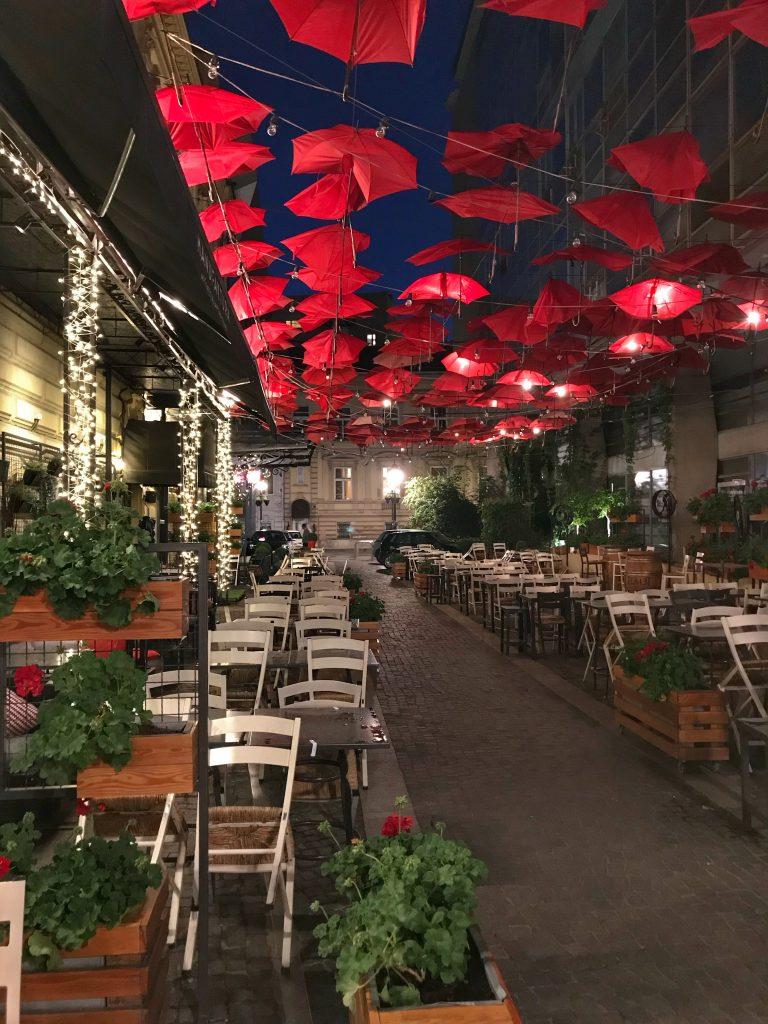 червени-чадъри-на-ресторант-Manufactura--Мнуфактура-заведението-Белград-Сърбия
