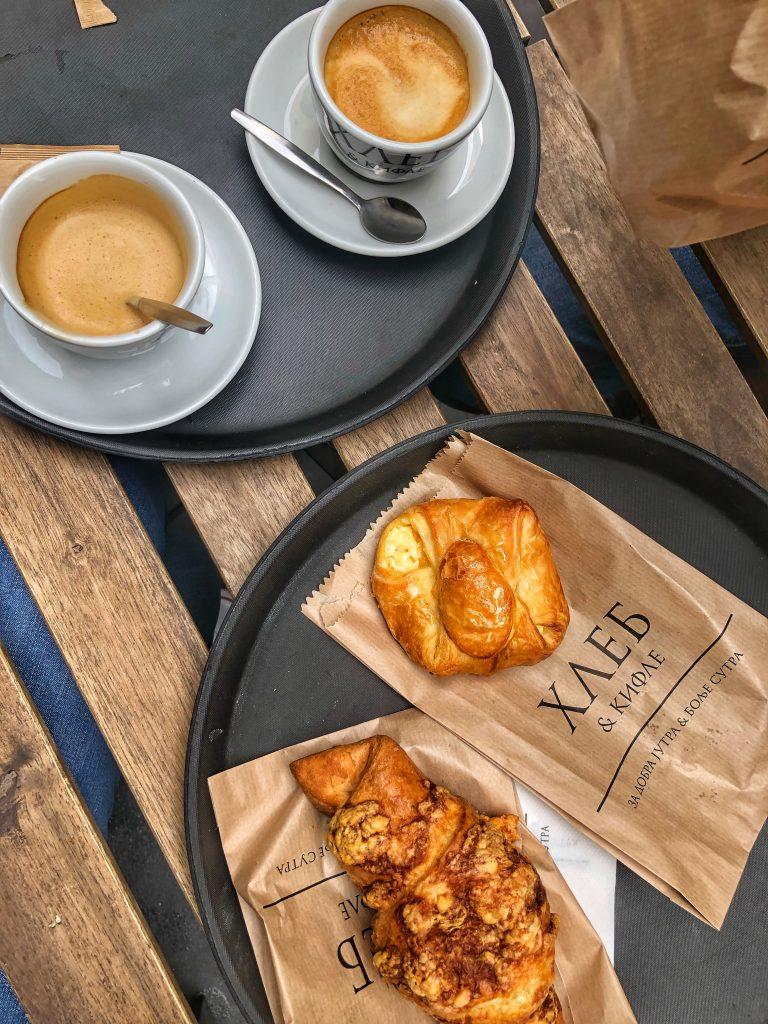 кафе-закуска-кроасан-кифличка-в-Белград-Сърбия-Хлеб-и-Кифле