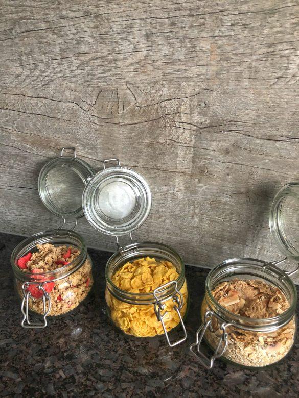 здравословна-закуска-трио-в-бурканчета-гранола-овесени-ядки-корнфлейкс