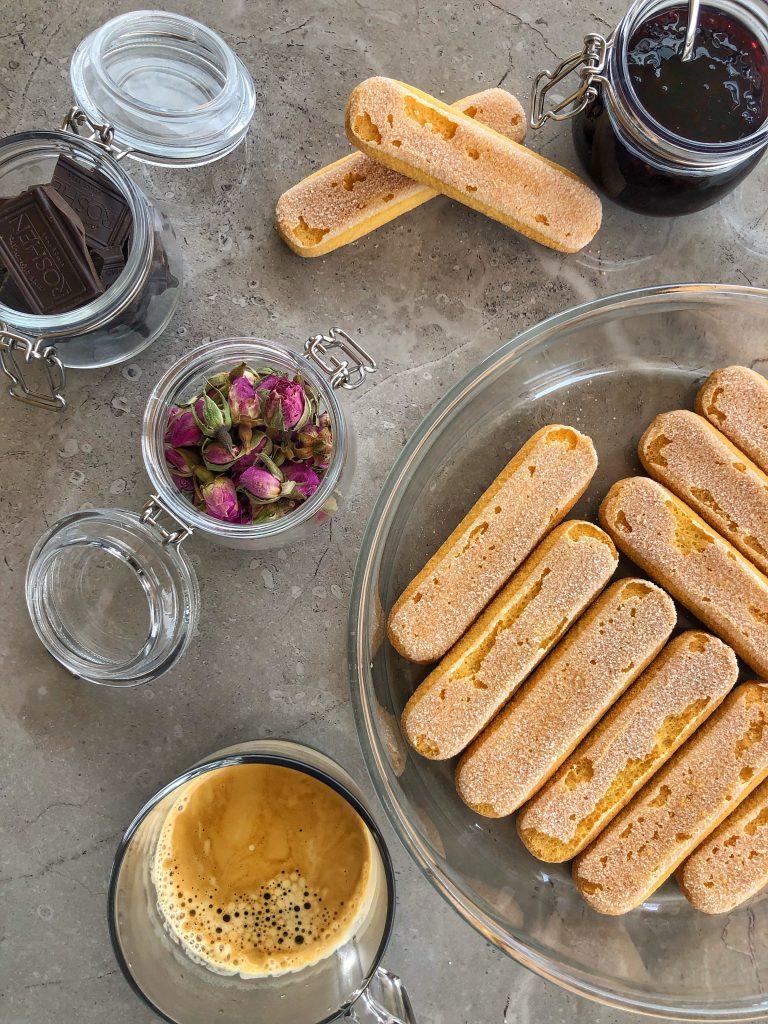 продукти-рецепта-бишкоти-кафе-еспресо-черен-шоколад-чай-рози