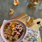 здравословна-закуска-домашна-гранола-кисело-мляко-сезонни-плодове