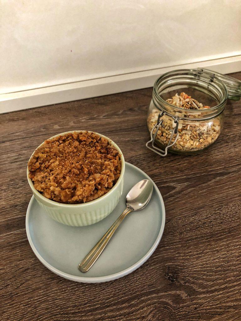 снимка на единична порция кръмбъл и мюсли в буркан