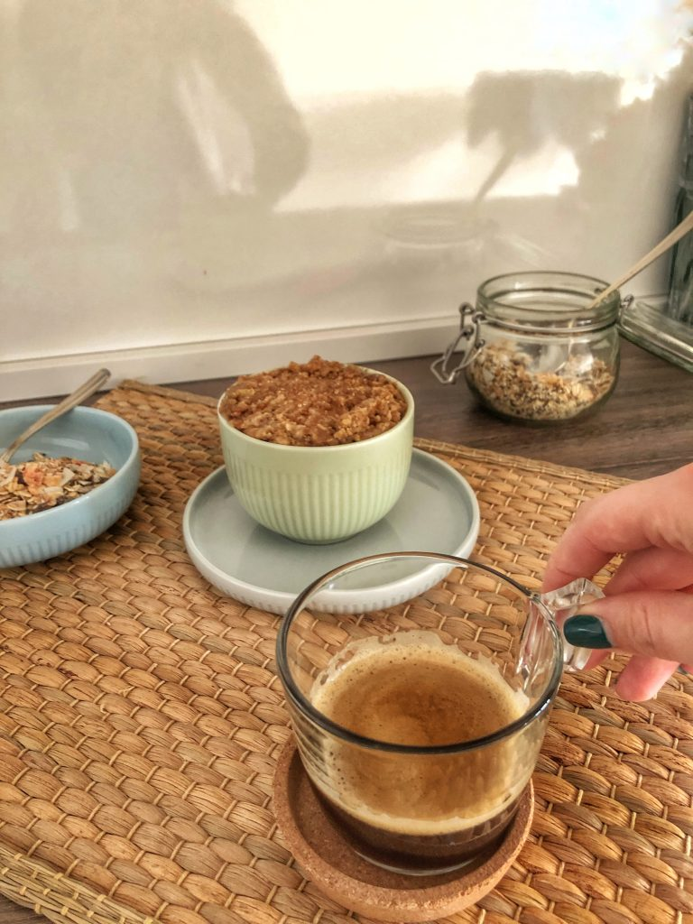 закуска-кафе-ябълков крамбъл-овесени ядки