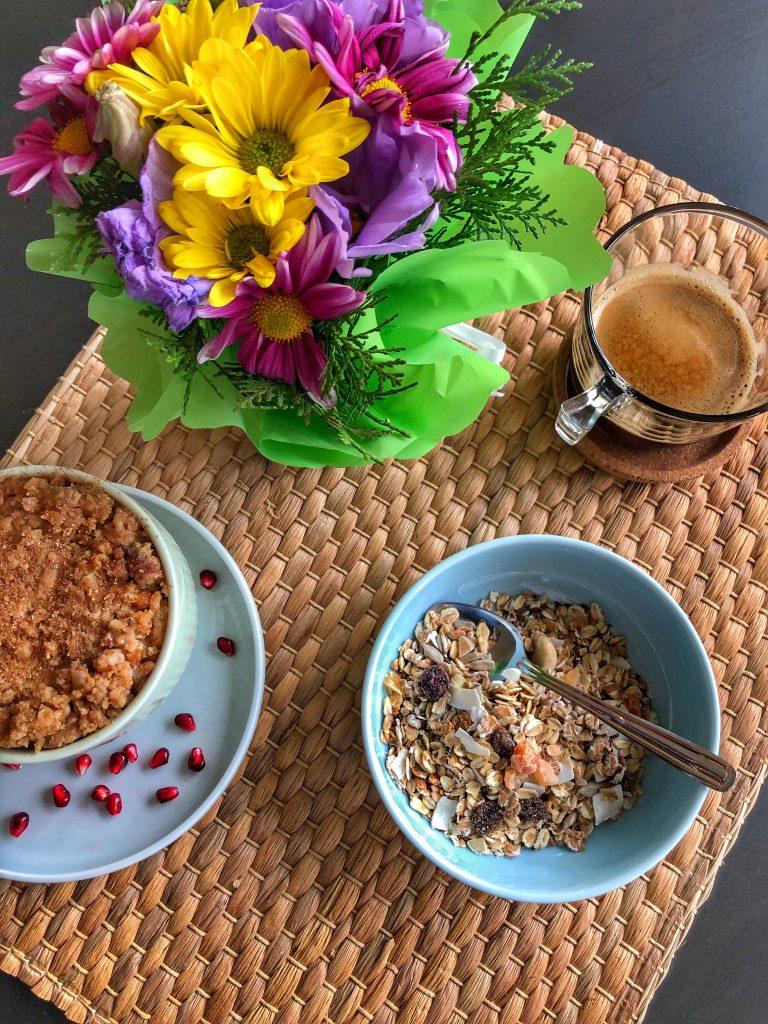 снимка на закуска кръмбъл, мюсли, кафе и цветя