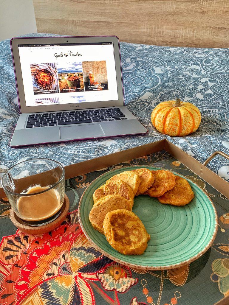 поднос-сервиране-овесени-палачинки-тиква-кафе-лаптоп-макбук-готварски-блог-galitastes