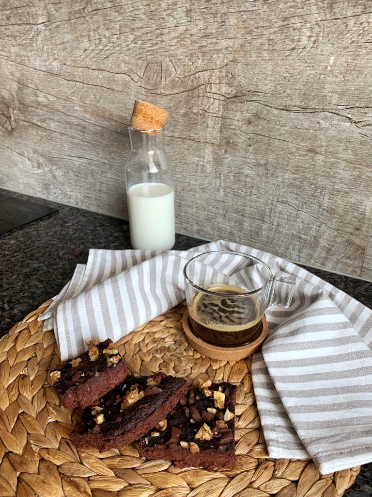 парченца-здравословно-брауни-без-глутен-рафинирана-захар-лактоза-мляко-кафе-еспресо-червен-черен-боб-шоколад