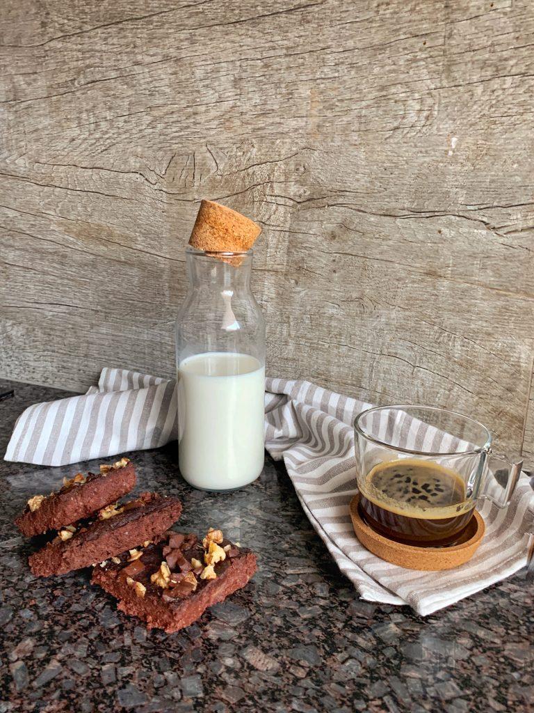 изпечено-брауни-червен-боб-орехи-парченца-шоколад-ароматно-кафе-прясно-мляко