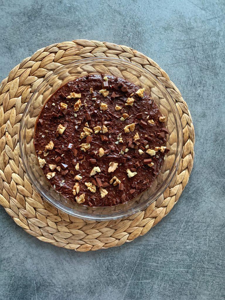 брауни-червен-боб-парченца-черен-шоколад-орехи-преди-изпичане