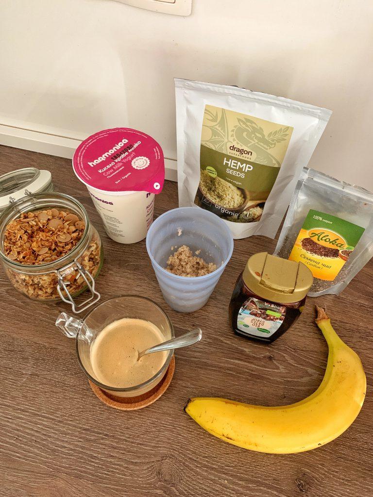 закуска-сутришна-рутина-кисело-мляко-сварена-киноа-хармоника-гранола-сироп-фурми-банан-кафе-конопено-семе-чия