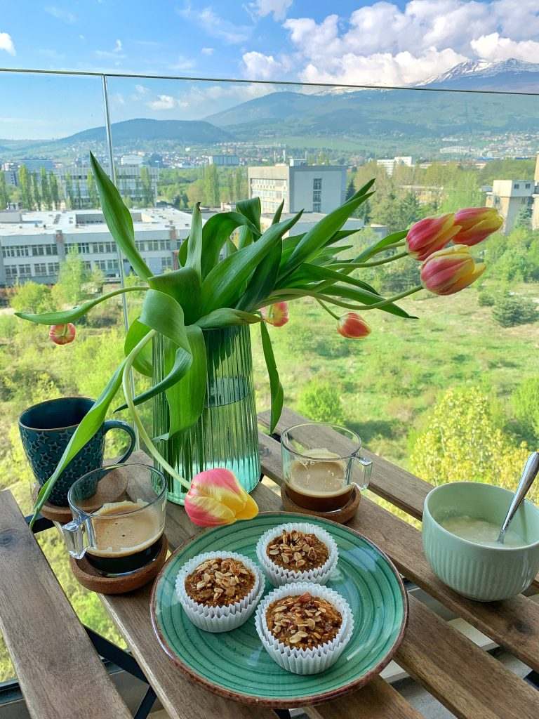 здравословна-закуска-морковени-мъфини-кафе