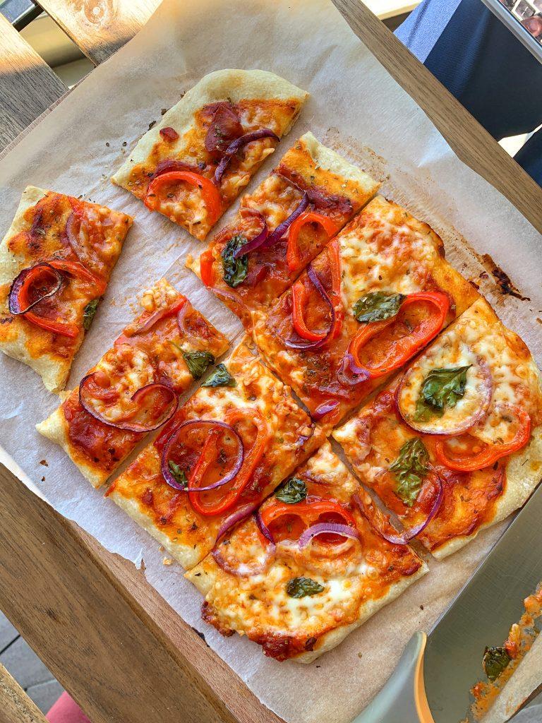 зеленчукова-неаполитанска-пица-в-тава-идеален-бърз-обяд