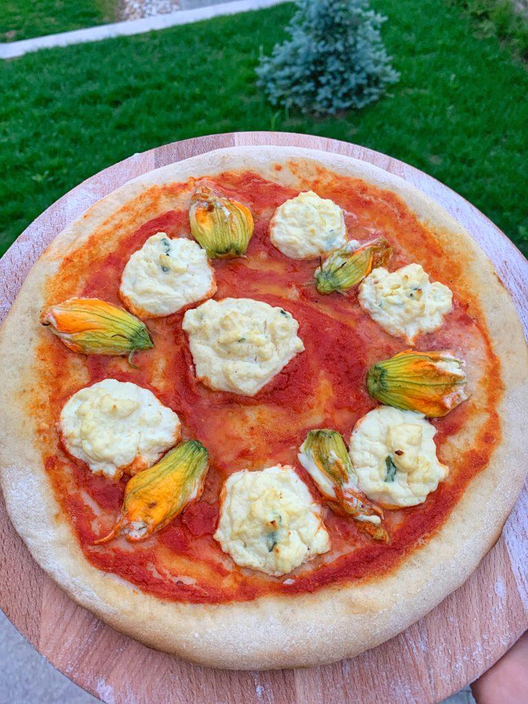 изпечена-неаполитанска-пица-рикота-пекорино-цвят-тиквичка