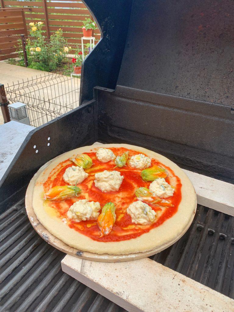 класическа-италианска-пица-цвят-тиквичка-рикота-пекорино-барбекю