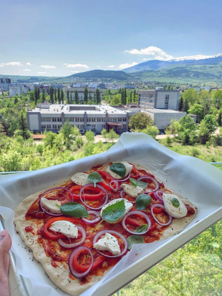 неаполитанска-пица-доматен-сос-моцарела-лук-босилек-витоша-1