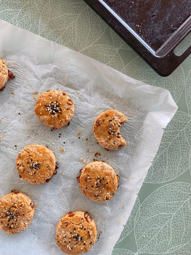 английски-сладки-хлебчета-сконс-стафиди-изпечени
