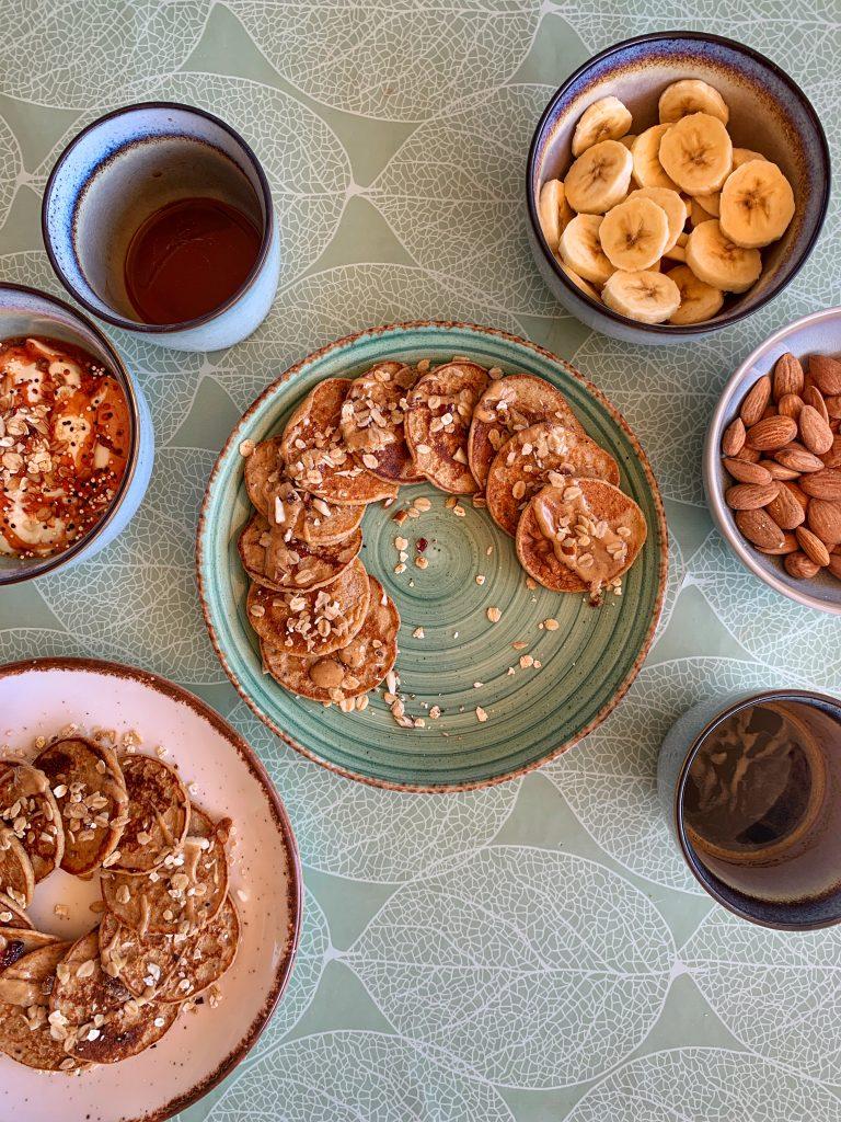 здравословна-закуска-палачинки-без-захар-кафе-банан-кисело-мляко-бадеми