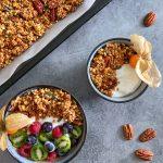 здравословна-закуска-гранола-купичка- тиква-елда-сезонни-плодове-мляко