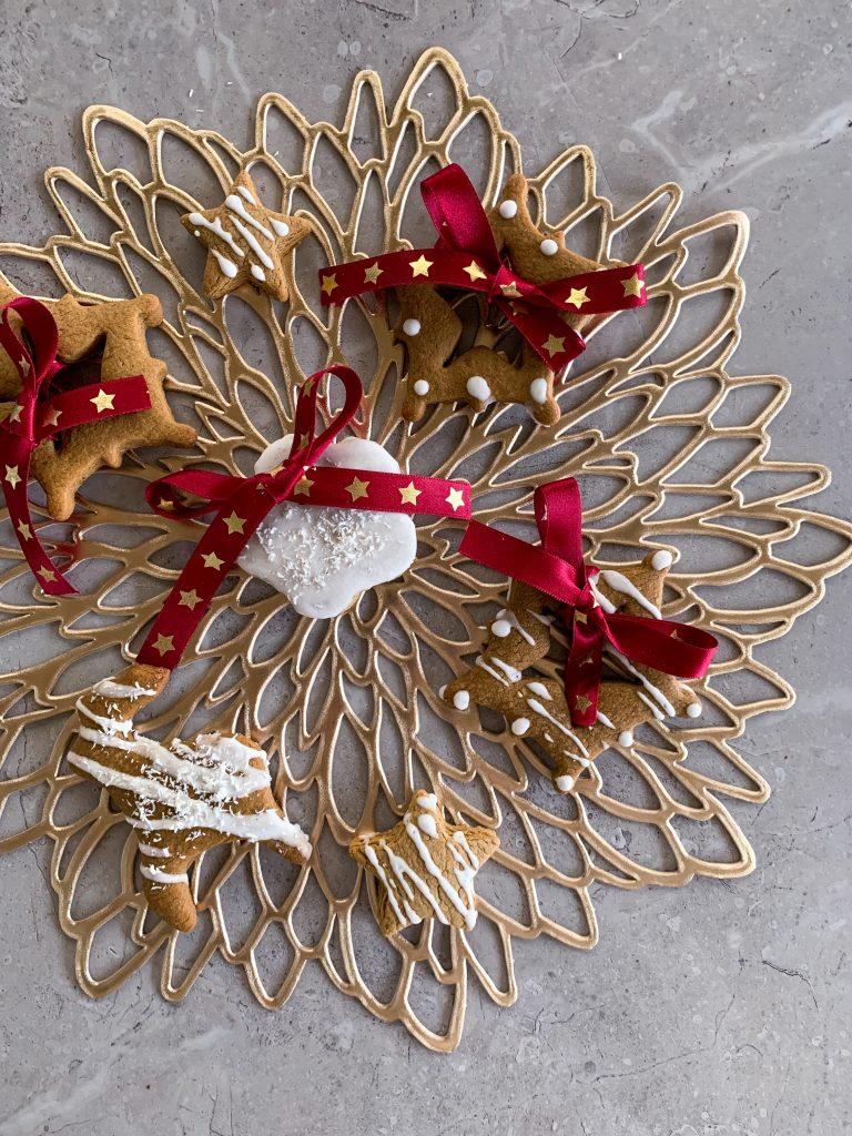Коледни-джинджифилови-бисквитки-домашен-айсинг-червена-панделка