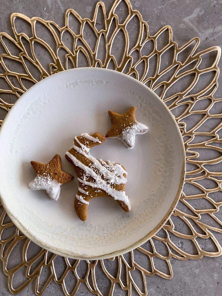 джинджифилови-бисквитки-домашен-айсинг-кокосови-стърготини