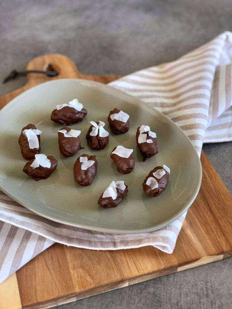 сурови-бонбони-фурми-шоколад-парченца-кокос
