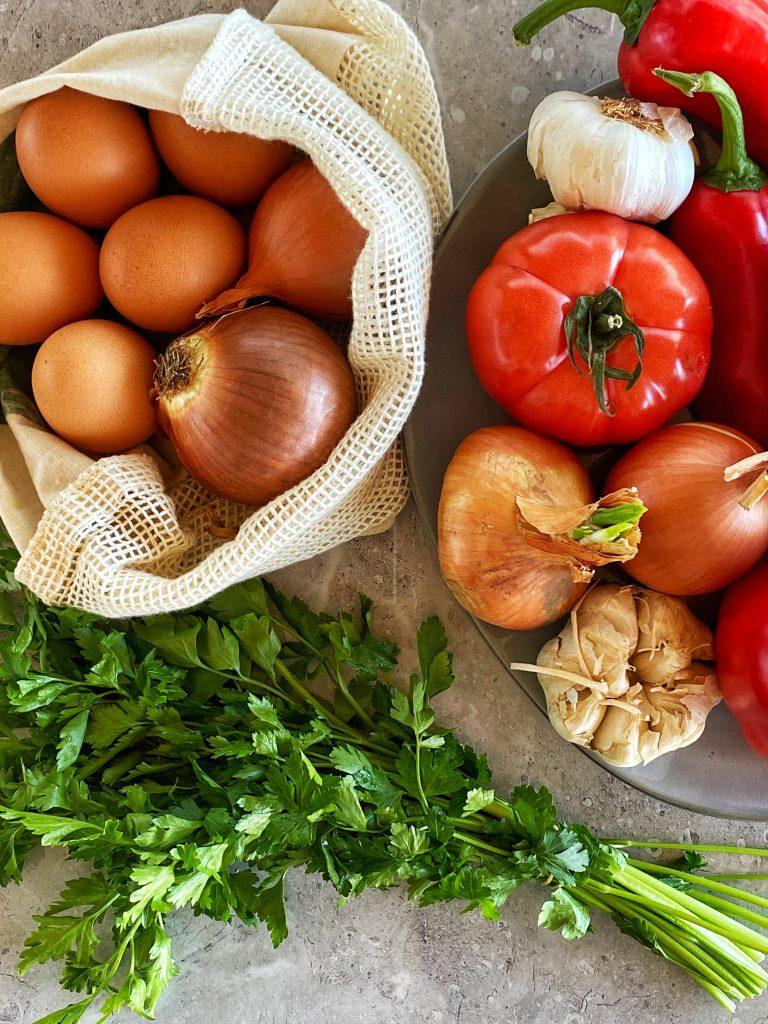 рецепта-шакшука-домати-чушки-яйца-лук-магданоз